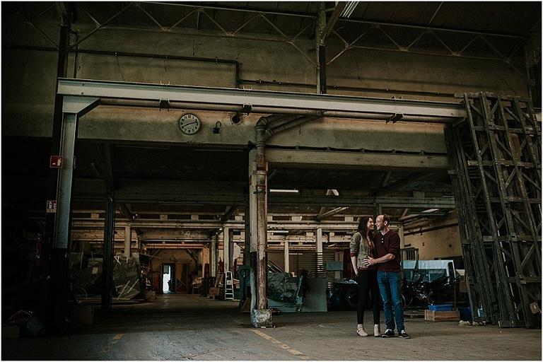 séance photo de couple dans un entrepôt industriel