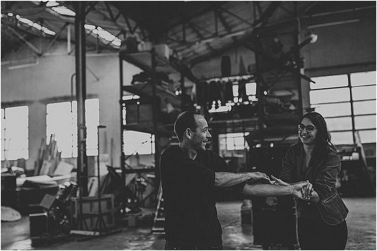 séance photo de couple dans un entrepôt